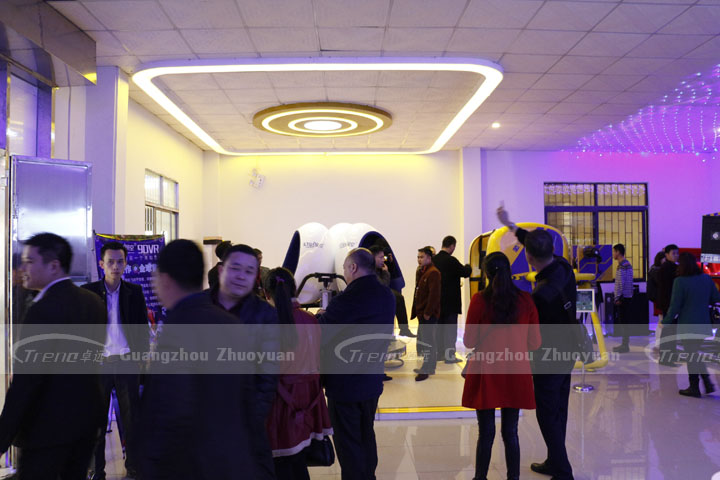 Zhuoyuan virtual reality equipment attracted a lot of people to experience